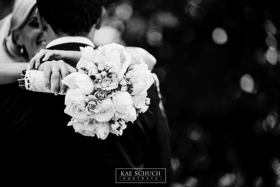 brautstraus über die schulter vom bräutigam